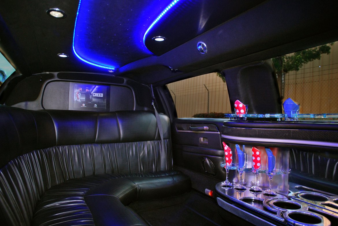 1) Lincoln Towncar Stretch Limousine Up to 6/8 Pass - A&A